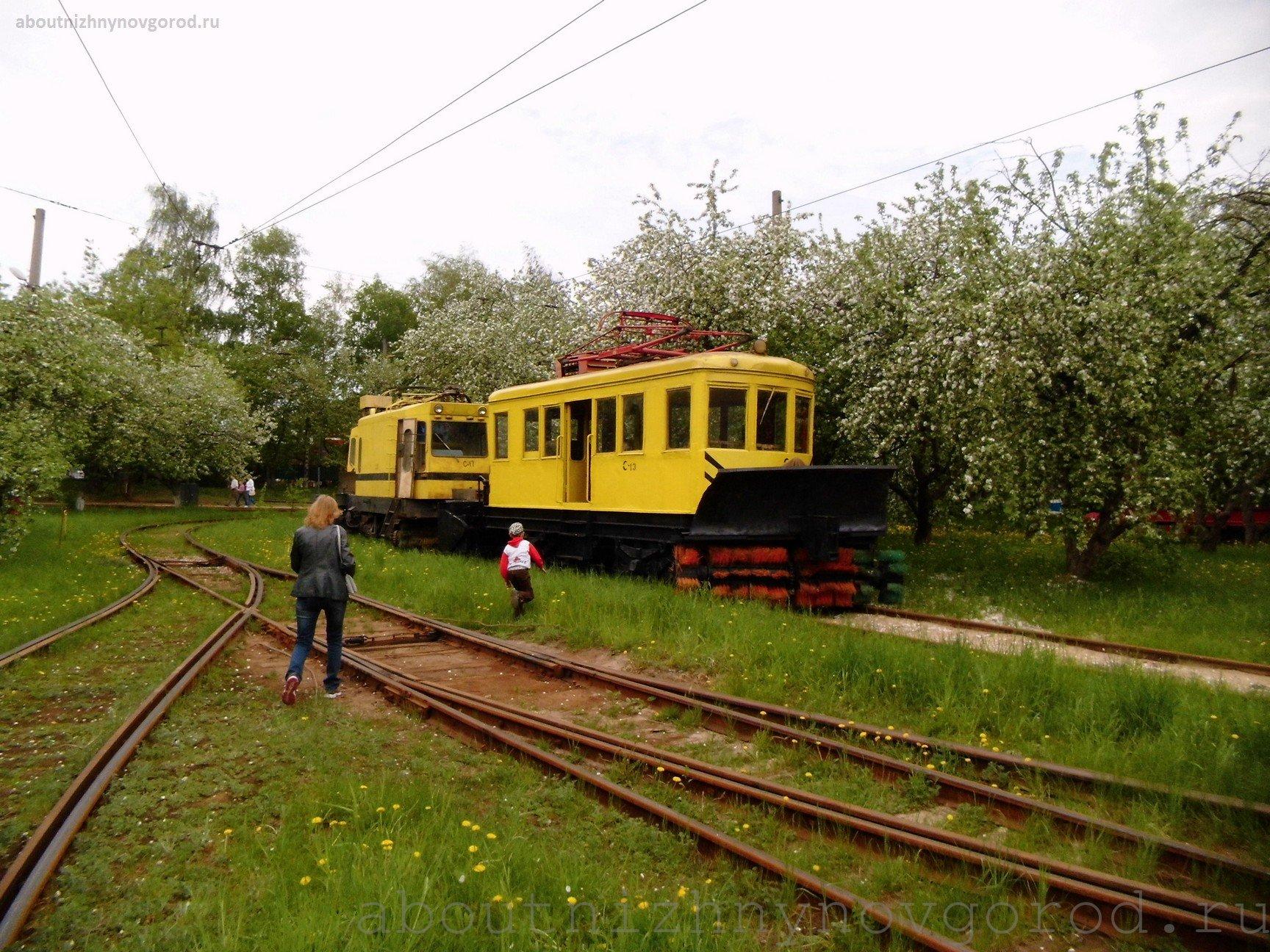 Летом снегоуборочные трамваи отдыхают в яблоневом саду.