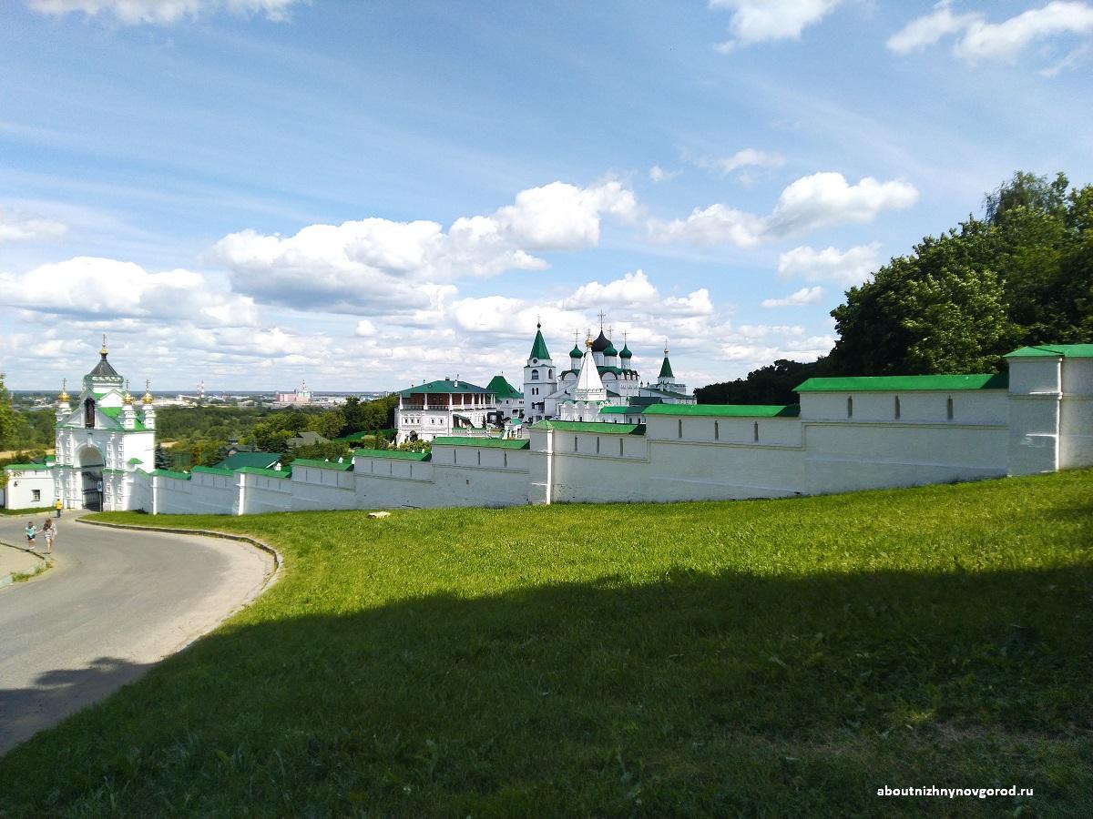 Печерский вознесенский монастырь в Нижнем Новгороде со стороны входа