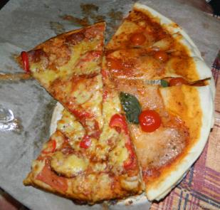 Остатки двух пицц Маргарита и Карбонара